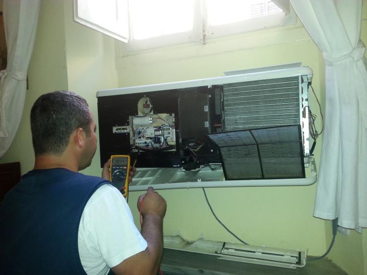 Il tecnico Adriano mentre ripara il condizionatore